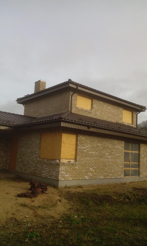 Itališko stiliaus namas apdailinom plytom ir čerpiniu stogų.